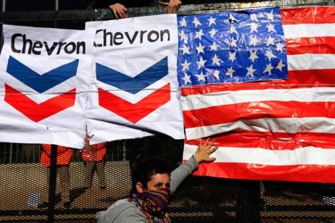 Un joven protesta por el acuerdo con la multinacional estadounidense.| Reuters