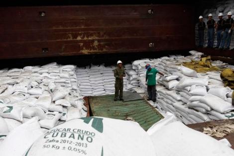 Armamento oculto entre sacos de azucar en la bodega del buque.   Reuters