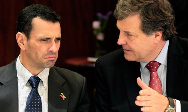 Henrique Capriles con conversa con el presidente de la Unión Demócrata Independiente, Patricio Melero. | Efe