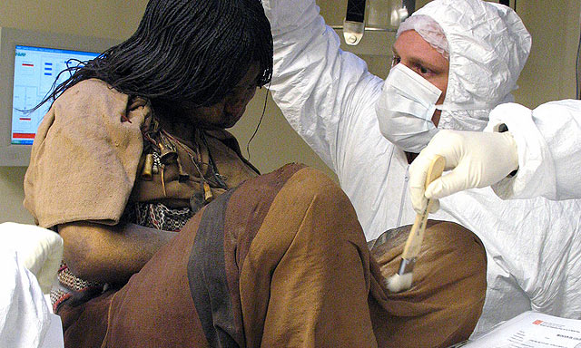 La momia denominada 'La Doncella' analizada en el museo.