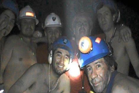 Algunos de los mineros mientras estaban atrapados. | Afp