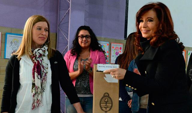 Cristina Fernández (d) ejerciendo su derecho al voto en la localidad de Río Gallegos. | Reuters