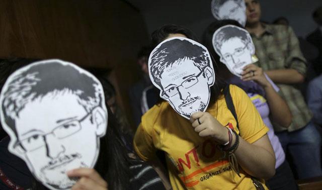 Partidarios de Snowden con máscaras con su rostro.| Reuters