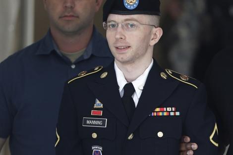 El soldado Bradley Manning poco antes de entrar a la sala donde es juzgado. | Reuters
