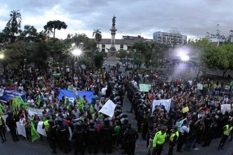 La Policía separa las manifestaciones de ecologistas y simpatizantes de Correa. Afp