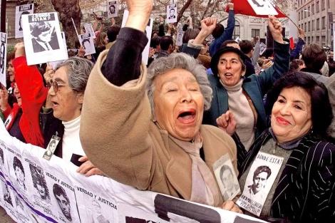 Manifestación de familiares de las víctimas de la dictadura chilena.
