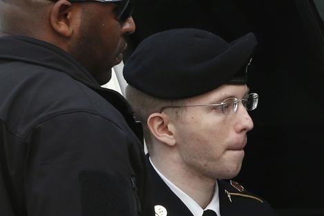 Manning saliendo de la audiencia tras escuchar su sentencia.   Reuters