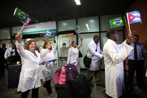 Médicos de Cuba llegando al aeropuerto de Brasilia | Efe