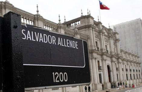 Una pegatina con el nombre del ex presidente junto al Palacio de La Moneda.| Efe