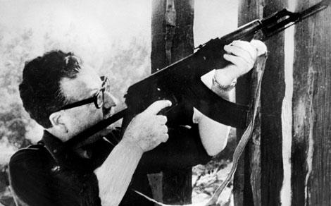 Allende con el AK-47 regalo de Fidel Castro.| Afp