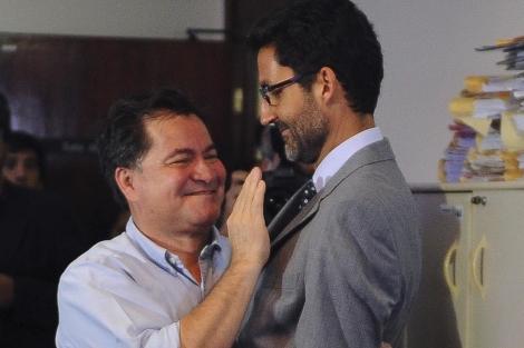Eduardo Saboia (i) saluda, durante su audiencia, al senador boliviano Roger Pinto   Efe