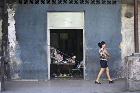 Una mujer pasea por una calle de La Habana.| Reuters