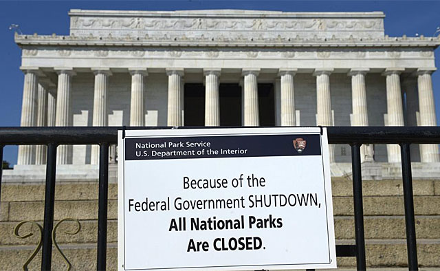 Cartel que prohíbe el acceso al Memorial Lincoln, en Washington. | Foto: Efe