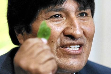 Evo Morales muestra una hoja de coca durante una rueda de prensa en Viena en 2009. | Efe