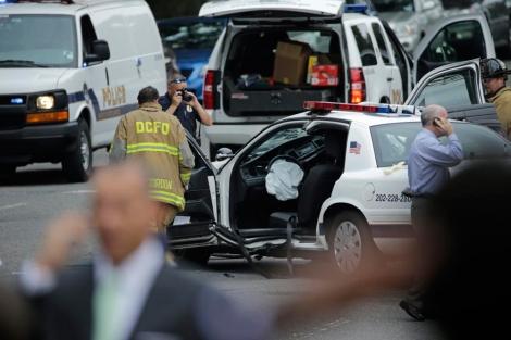 Vehículo colisionado en el que viajaba el policía herido.   Afp