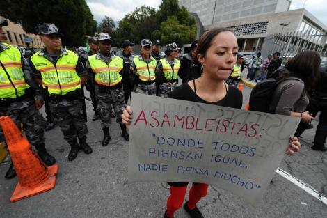 Manifestantes protestaron en el exterior de la Asamblea. | Afp