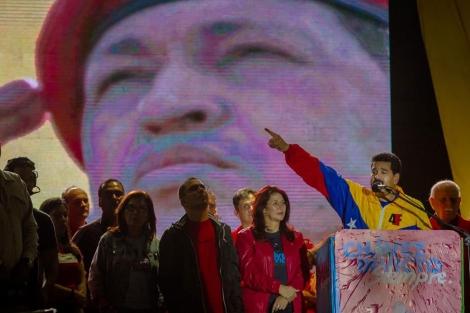 Maduro, frentea una imagen de Chávez en un acto conmemorativo. | Efe