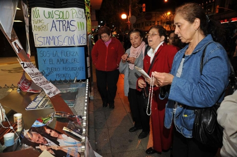 Un grupo de mujeres reza ante la clínica Favaloro.   Efe