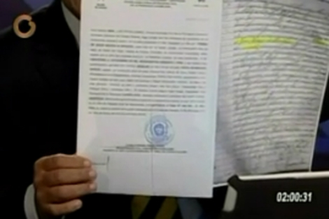 La partida de nacimiento de Nicolás Maduro mostrada en un programa de televisión.