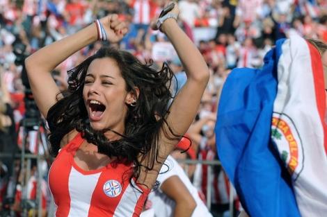 Una de las participantes, Larissa Riquelme, celebra un gol de Paraguay en el Mundial 2010.   Afp