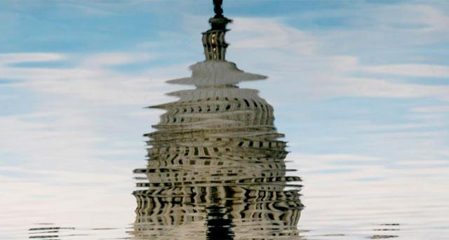 Reflejo en el agua del Capitolio en Washington. | Efe