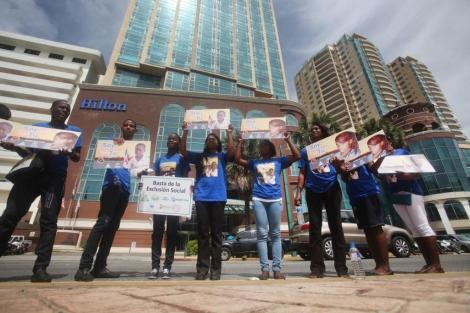 Un grupo de jóvenes protesta por la decisión del Tribunal Constitucional dominicano. | Efe