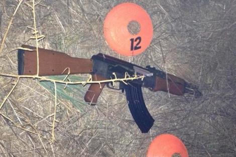 Imagen del arma de réplica que llevaba el joven muerto. | Reuters