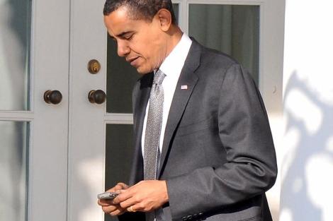 Obama escribiendo en una blackberry.| EFE