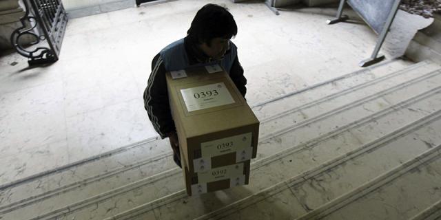 Reparto de material electoral este sábado en un colegio de Buenos Aires. | Efe