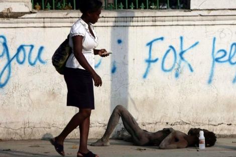 Un enfermo de cólera en las calles de Haití en 2010. | Afp