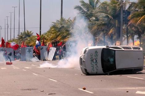 Manifestantes se enfrentan a miembros de la Fuerza Nacional de Seguridad en Río. | EFE
