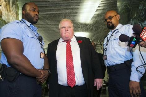 El alcalde de Toronto, entre dos guardias de seguridad.| Reuters