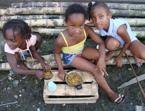 Tres niñas jugando en el municipo de El Charco. | Foto: S. H-M.