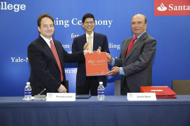 Un momento de la firma del convenio del Banco Santander y la...