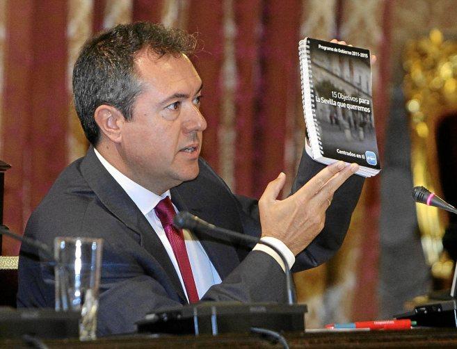 Juan Espadas recuerda al PP su programa electoral durante un pleno.
