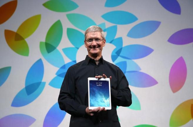El CEO de Apple, Tim Cook, sostiene el nuevo iPad Air