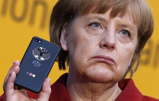 Merkel muestra una BlackBerry.