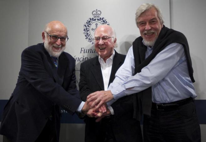 De izda. a dcha.,  François Englert, Peter Higgs y Rolf Heuer.  