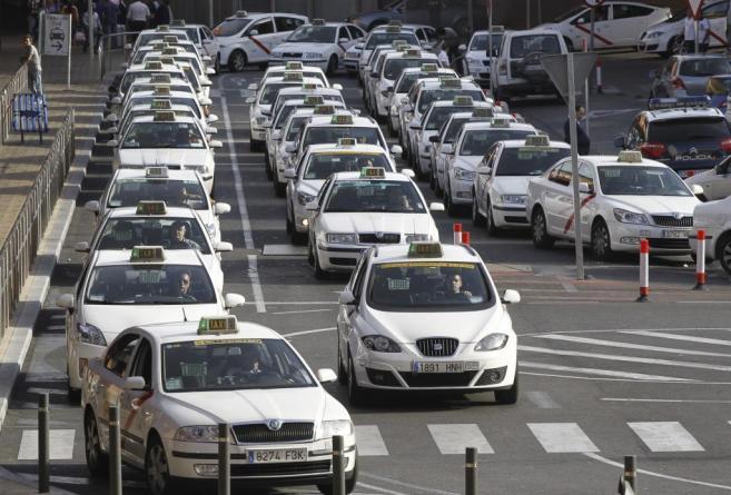 Decenas de taxis haciendo cola en Barajas.