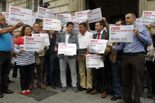 Alcaldes del PP ante la Delegación del Gobierno andaluz.