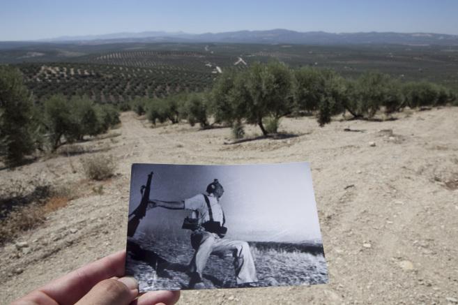 Una copia de la célebre foto de Robert Capa, en el ugar en la que se...