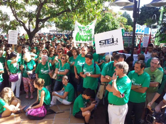 Manifestantes frente a la Conselleria de Educación.