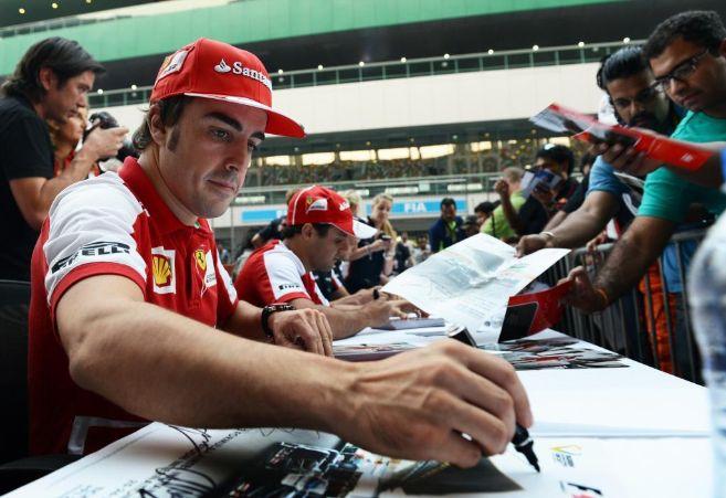 Fernando Alonso, durante una firma de fotos en el circuito de La...