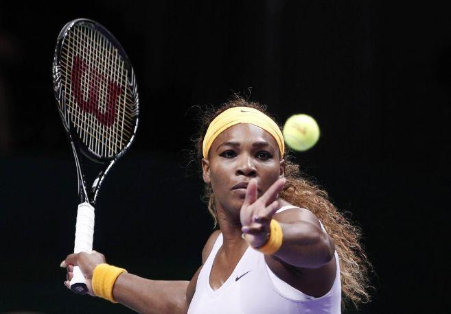 Serena Williams se prepara para golpear la bola en su partido ante...