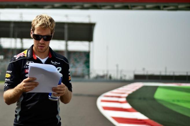 Sebastian Vettel reconoce el circuito de Buddh, a pie de pista.