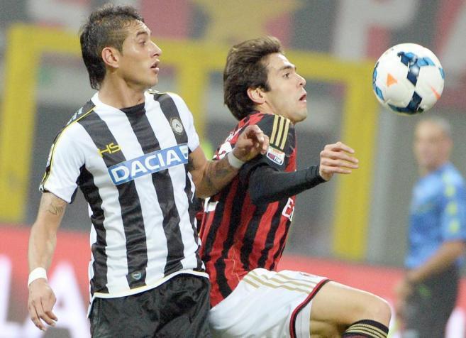 Kaká intenta controlar el balón ante Roberto Pereyra.