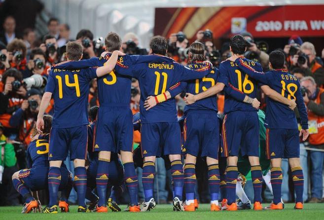 Los jugadores de la selección española, antes de disputar la final...
