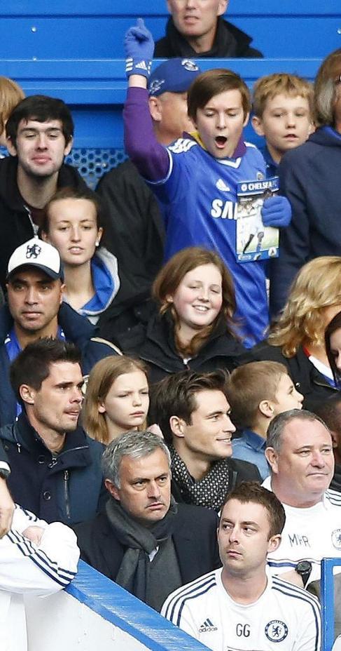 José Mourinho, en la grada tras su expulsión.