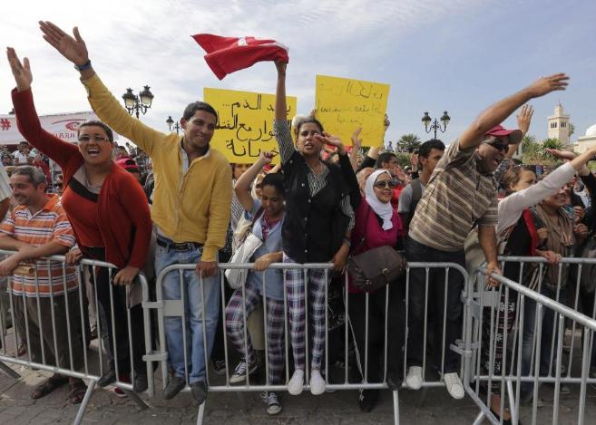 Manifestantes antigubernamentales piden la dimisión del Gobierno, en...