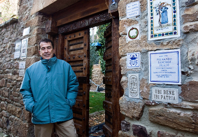 Dragó en la puerta de su casa en Castilfrío.